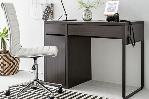 dunkelbrauner Schreibtisch