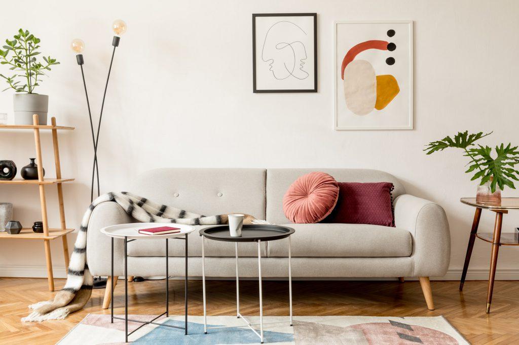 beiges Sofa mit rundem und eckigem Kissen