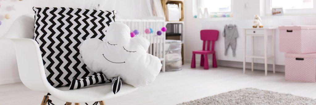 Sessel mit Wolkenkissen im Kinderzimmer