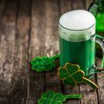 grünes Bier und Kleeblätter Deko