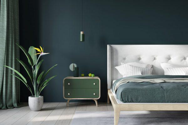 grüner Nachtschrank vor grüner Wand