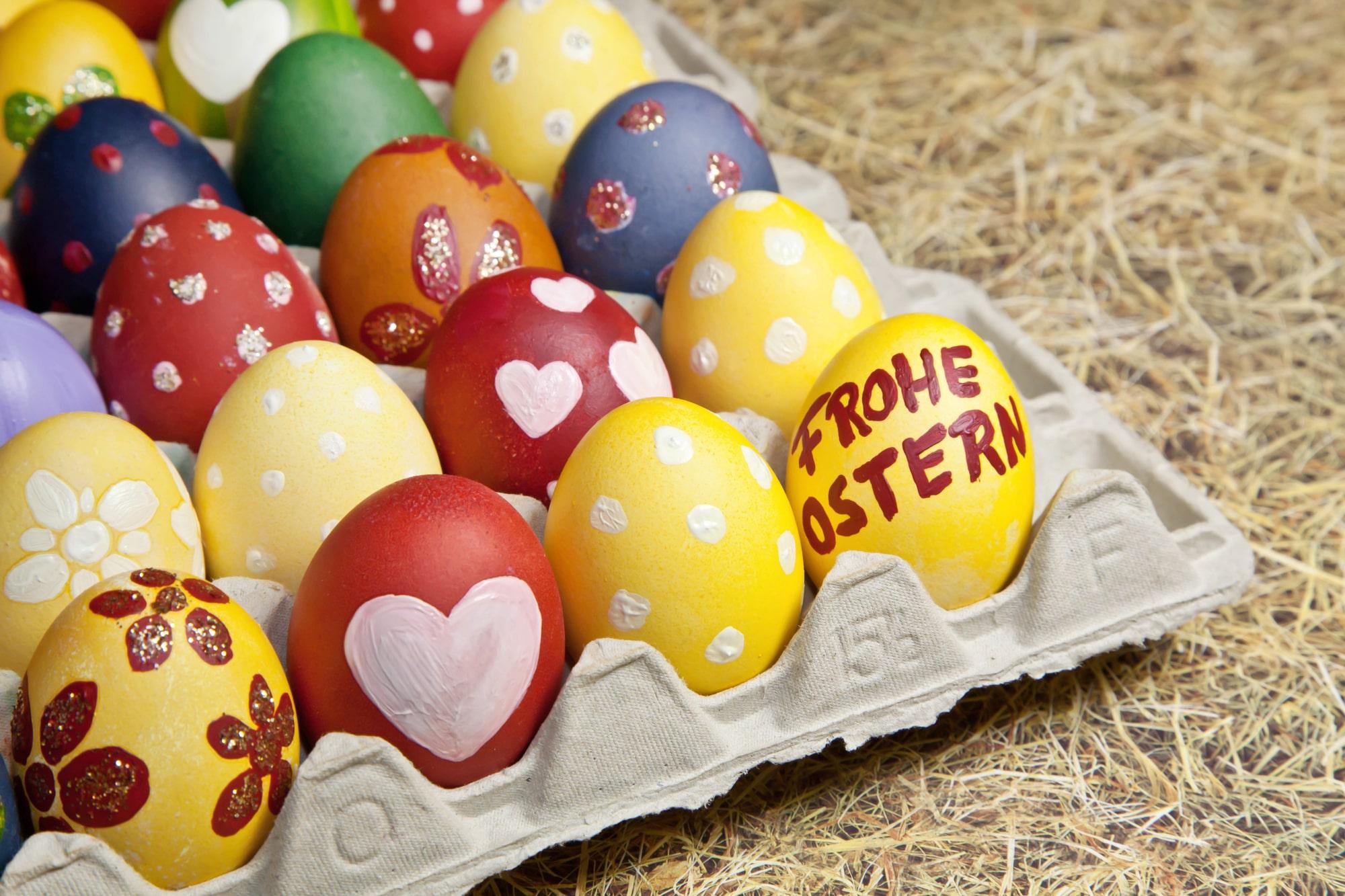 selbstgemachte Ostergeschenke als bunte Eier