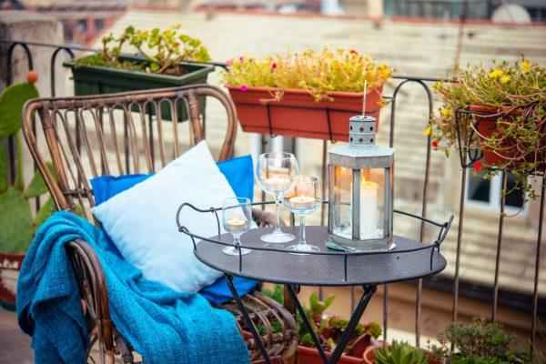 Tisch und Stuhl auf dem Mini Balkon