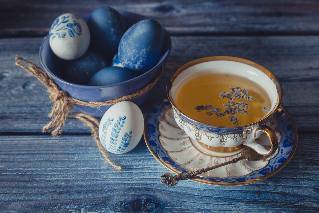 Schale und Eier in den Osterfarben 2020