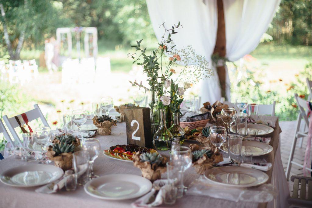 romantisch gedeckter Tisch als Ideen für die spontane Gartenhochzeit