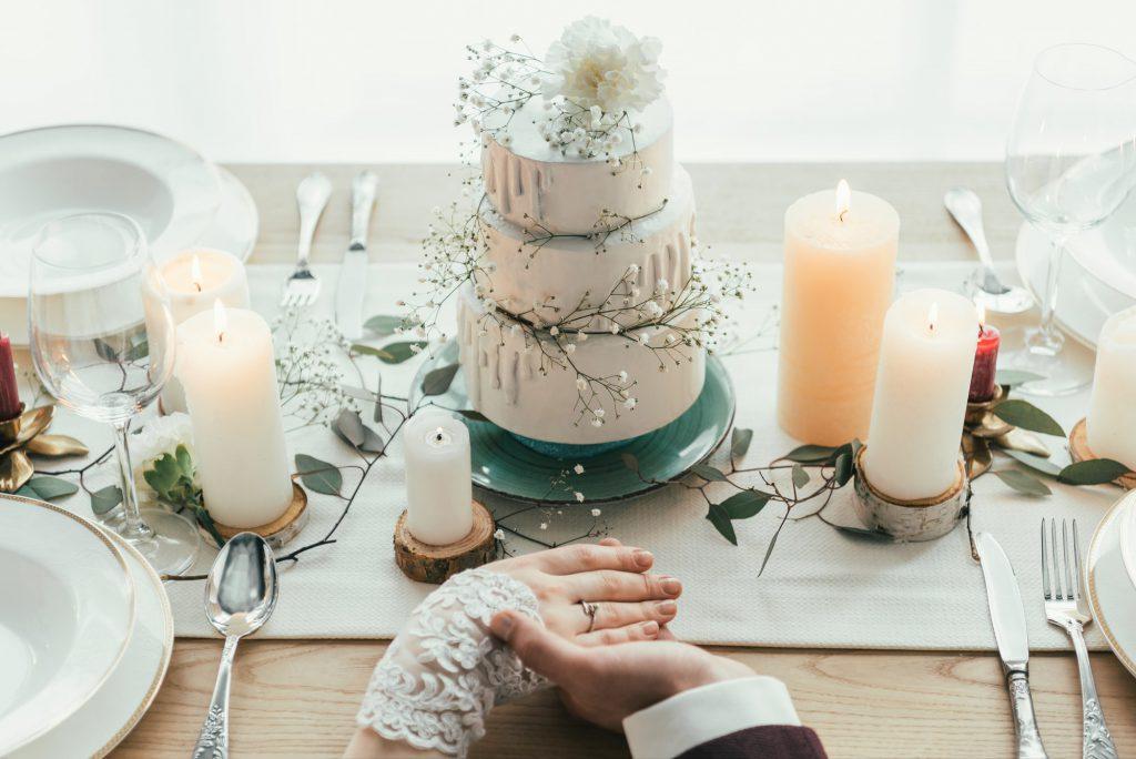 Selbstgebackene Torte und Tischdeko als Ideen für die spontane Gartenhochzeit