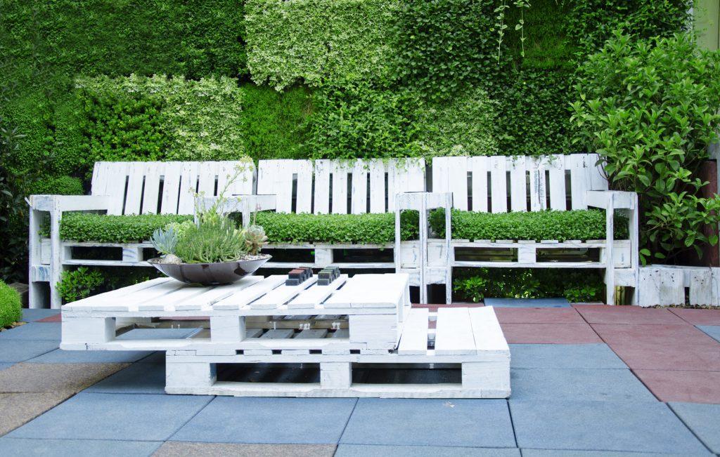 weiße selbstgebaute Lounge Möbel aus Paletten