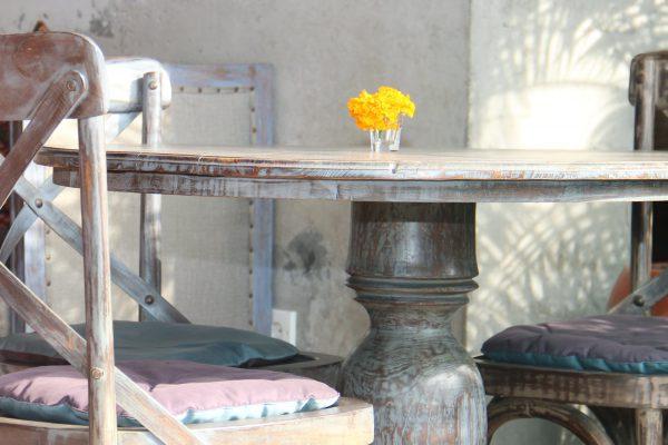 Tisch und Stühle im Shabby Chic mit Kreidefarbe