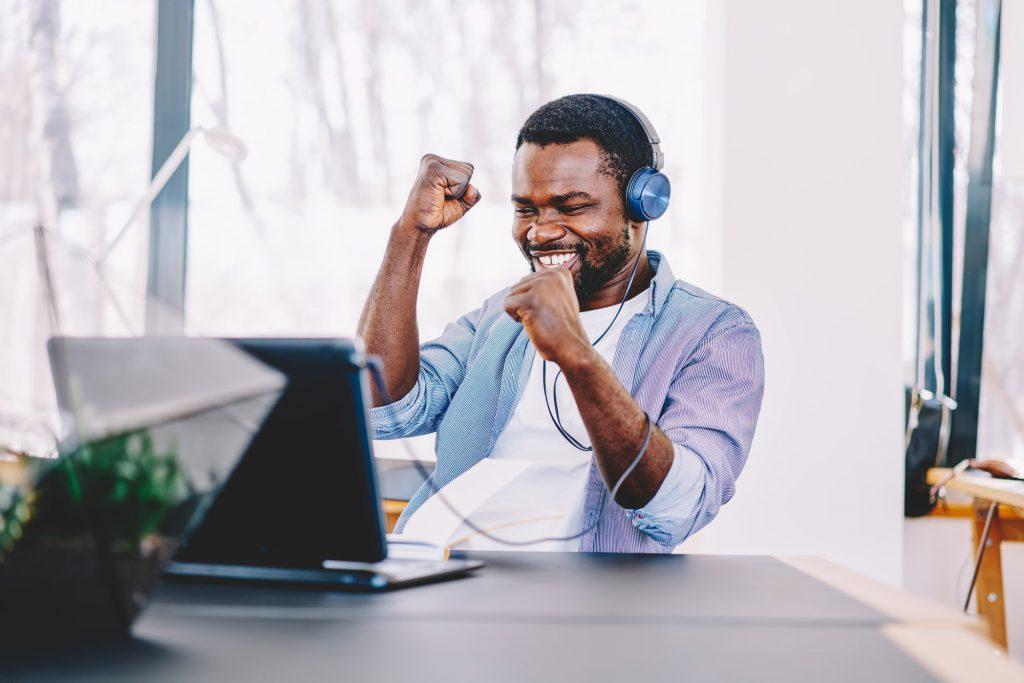 Mann geniesst mit Laptop den Herrentag zuhause