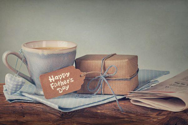 Geschenk und Tasse Kaffee für den Herrentag zuhause