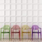 bunte Stühle als transparente Möbel