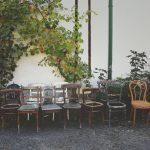 Möbel aus Sperrmüll vor Hauswand
