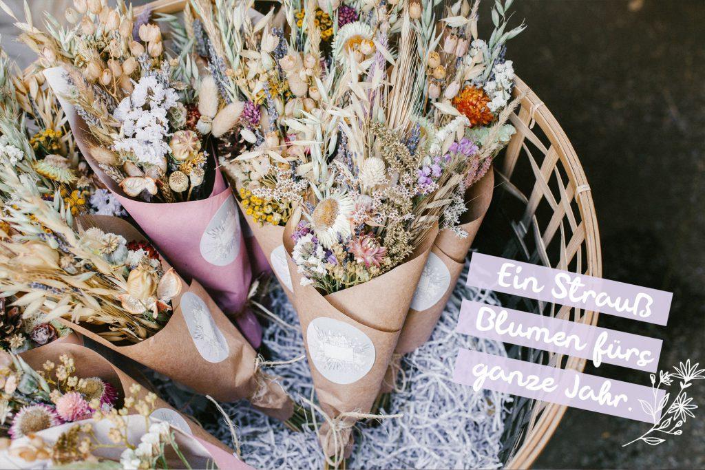 Trockenblumen in Korb