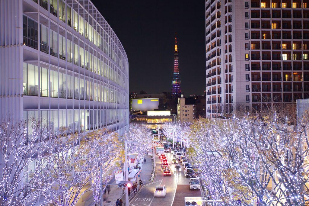 Beleuchtung an Bäumen als japanische Weihnachtsdeko